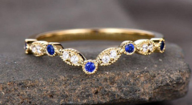 Sapphire engagement rings in yellow gold